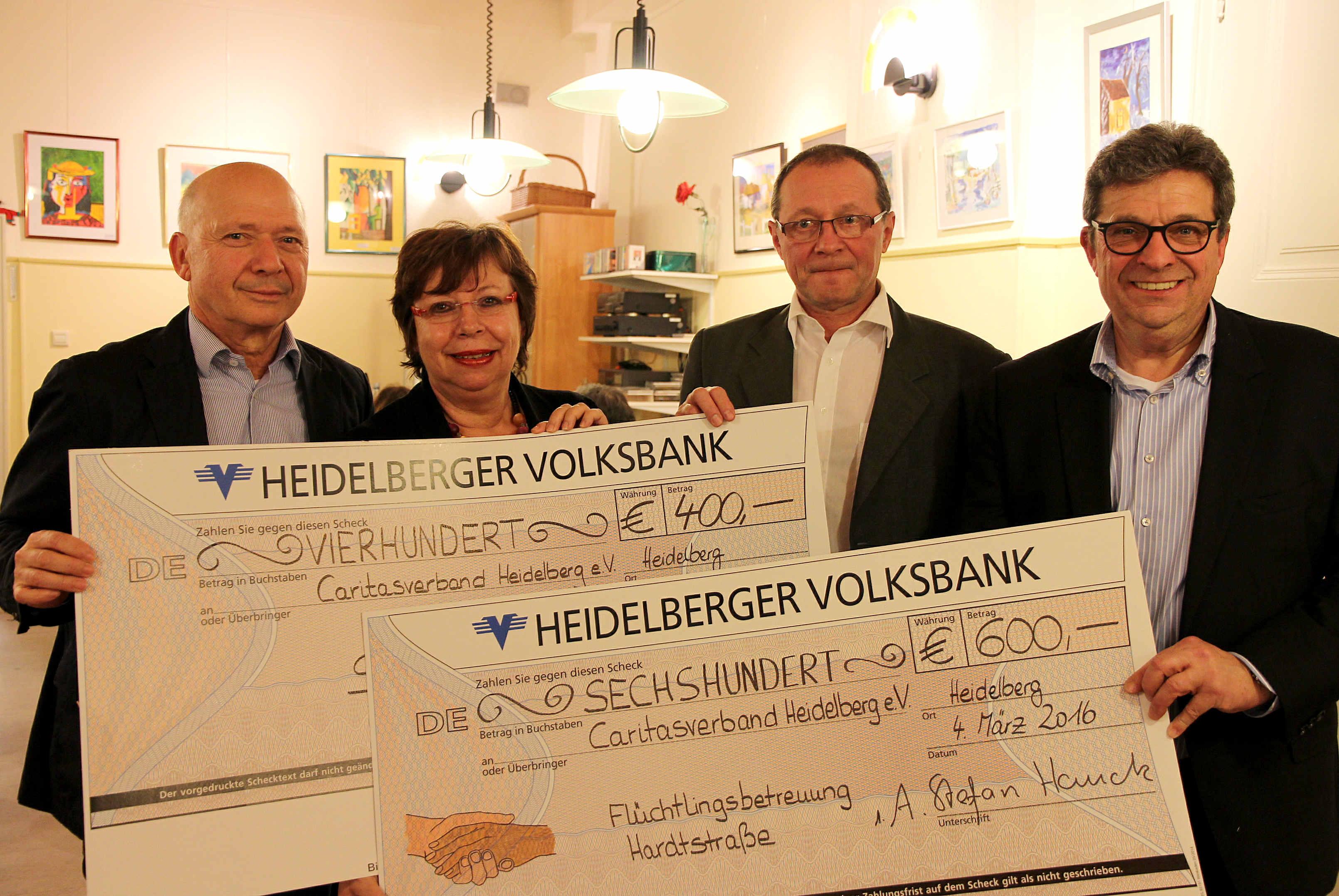 Caritas-Geschäftsführer Hubert Herrmann, Caritas-Vorsitzende Franziska Geiges-Heindl, Michael Söhner von der Volksbank und Stefan Hauck (v.l.) bei der Spendenübergabe.