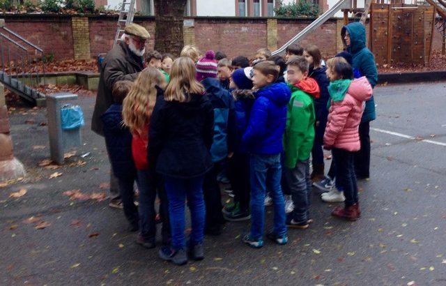 Horst Schweighöfer erzäht den Schülern der Landhausschule von heimischen Vögeln